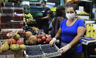 Fao vendor wears protective mask in market in chile photo cred fao